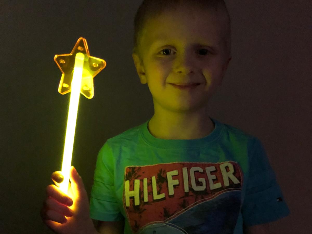 Фейерверк Светящаяся Палочка Звезда желтаяКарнавальная продукция<br>Светящаяся палочка со Звездой желтого цвета в индивидуальной упаковке. Неоновая палочка - это эффектный светящийся аксессуар для любой вечеринки ! Яркое свечение палочки продолжается 6-8 часов , а значит, она будет радовать удивительным световым эффектом на протяжении всего праздника!<br>Тип: фейерверк; Вид фейерверка: карнавальная продукция; Высота см: 0;